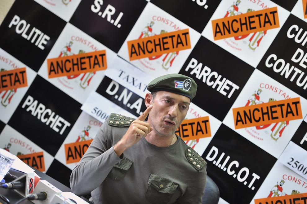 Primarul Constanţei, Radu Mazăre, îmbrăcat în haine militare, cu o şapcă pe care este imaginea lui Che Guevara, susţine o conferinţă de presă, în Constanţa, luni, 2 mai 2011.