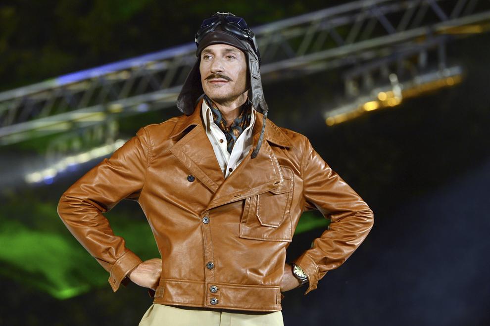 Primarul municipiului Constanţa, Radu Mazăre, prezintă o uniformă de aviator american din timpul primului război mondial, creată de designerul Marcela Cuzic, în cadrul primei seri a Fashion TV Summer Festival, în Mamaia, vineri, 3 august 2012.