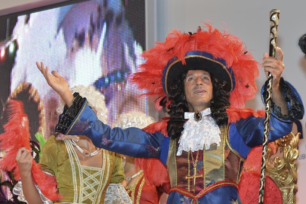 Primarul Constanţei, Radu Mazăre, costumat în Ludovic al XIV-lea, cu perucă şi pantofi cu toc, deschide carnavalul din Mamaia, sâmbătă, 6 iulie 2013.