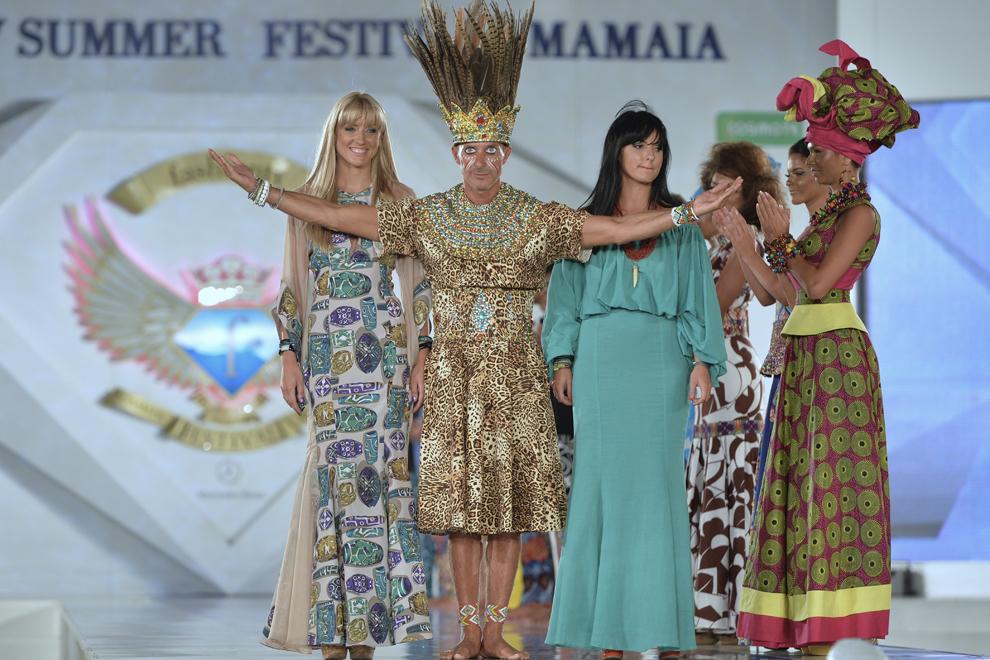 Primarul municipiului Constanţa, Radu Mazăre, costumat în rege african, defilează în cadrul unei prezentări de modă, în staţiunea Mamaia, sâmbătă, 17 august 2013.