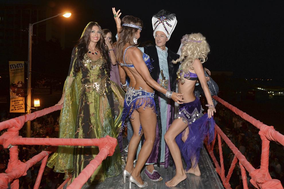Primarul Constanţei, Radu Mazăre, costumat în Suleyman Magnificul, participă, sâmbătă, 24 august 2013, la ultima ediţie din acest sezon estival a carnavalului din Mamaia.