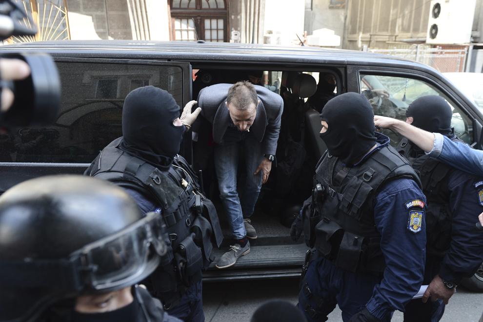 Primarul municipiului Constanţa, Radu Mazăre, este adus la Direcţia Naţională Anticorupţie (DNA) de mascaţi, marţi, 8 aprilie 2014.