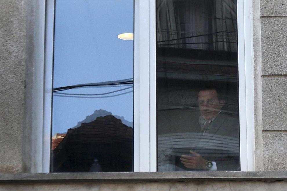 Primarul municipiului Constanţa, Radu Mazăre, priveşte de la una din ferestrele sediului Direcţiei Naţionale Anticorupţie (DNA), în Bucureşti, marţi, 8 aprilie 2014.