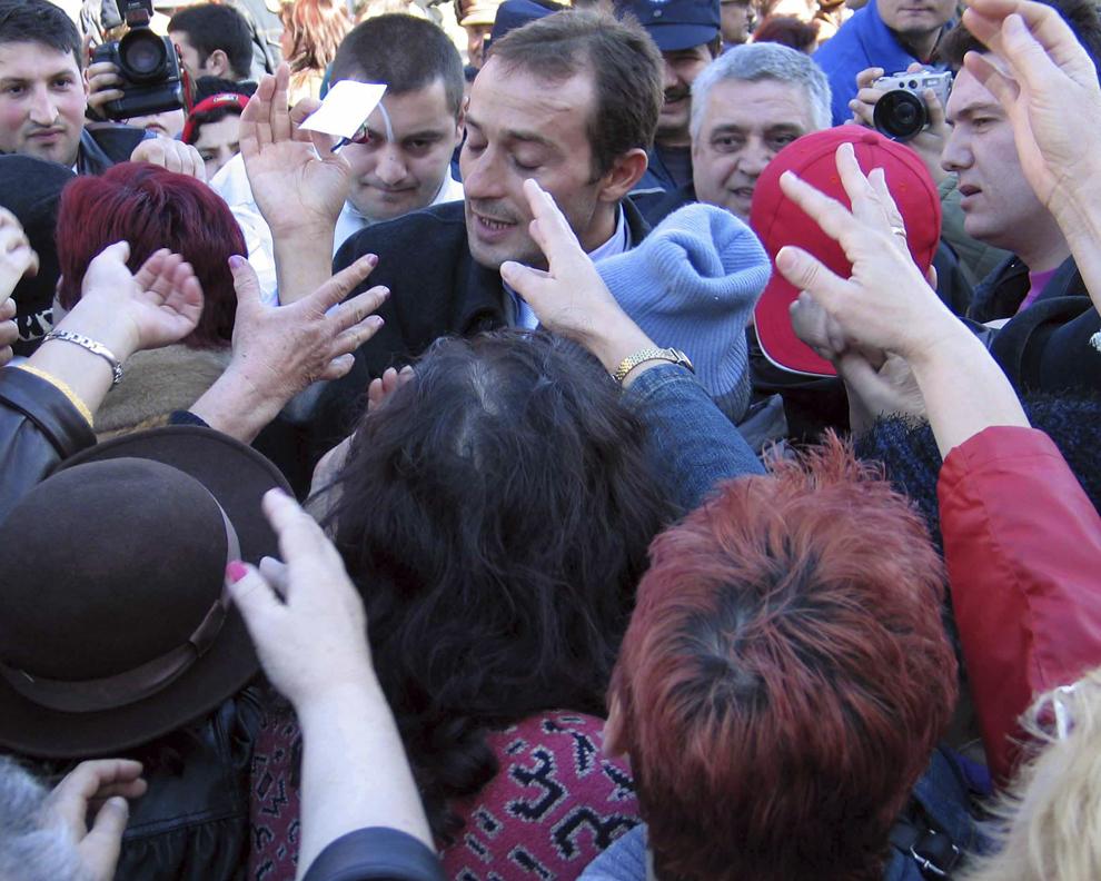 Radu Mazăre, primarul municipiului Constanţa şi preşedintele organizaţiei judeţene a PSD a oferit traditionalele marţişoare, gospodinelor şi trecătoarelor din preajma pieţelor constănţene, luni, 1 martie 2004.
