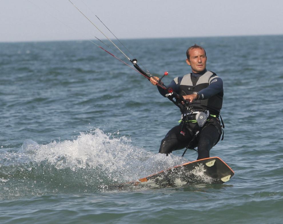 Primarul Constanţei, Radu Mazăre practică kiteboarding, în Constanţa, joi, 21 Iulie 2005.