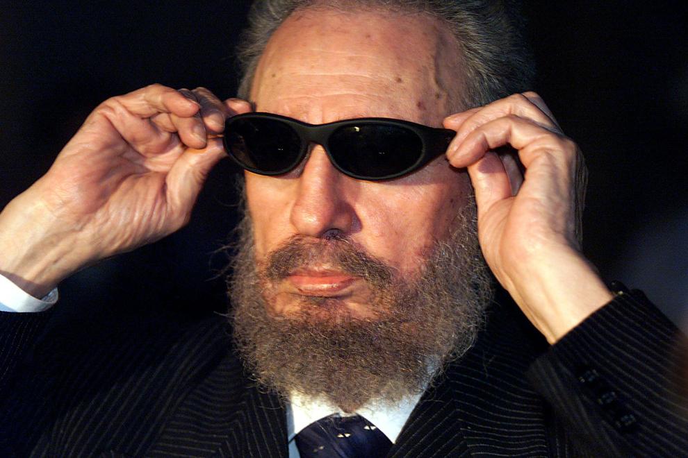 Preşedintele cubanez, Fidel Castro probează o pereche de ochelari în timpul unei discuţii cu membrii presei, în Havana, marţi, 16 noiembrie 1999.