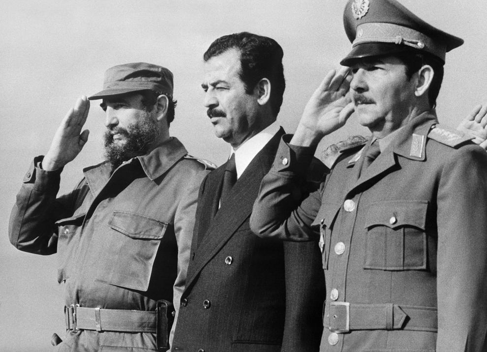 Vice-preşedintele Irakian Saddam Hussein (C) discută cu preşedintele Cubei Fidel Castro (S) şi cu ministrul apararii, Generalul Raul Castro (D), marţi, 30 ianuarie 1979.