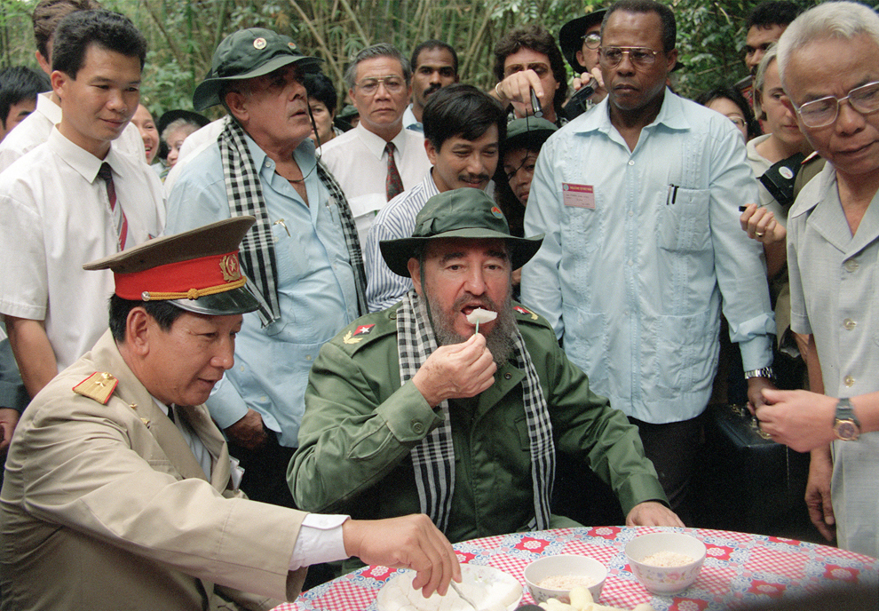 """Preşedintele cubanez, Fidel Castro gustă """"com vat"""", un tip de orez mâncat de soldaţii din Vietcong în timpul războiului din Vietnam,  în faimoasele tuneluri din Cu Chi,  luni, 11 decembrie 1995."""