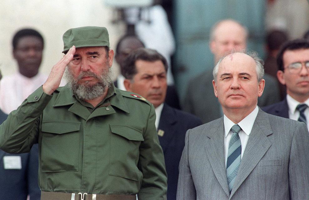 Preşedintele cubanez, Fidel Castro (S) îl primeşte pe Secretarul General al partidului comunist din Uniunea Sovietică, Mikhail Gorbachev (D), în timpul unei ceremonii oficiale prilejuite de vizita acestuia în Havana, Cuba, duminică, 2 aprilie 1989.