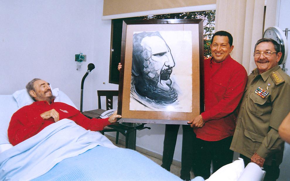 Preşedintele Cubei, Fidel Castro (S) şi preşedintele Venezuelei, Hugo Chavez (C) ţin un portret înfăţişându-l pe Castro, realizat de David Alfaro Siqueiros, în timpul unei vizite la spital unde Fidel Castro se recuperează în urma unei operaţii, în Havana, duminica, 13 august 2006.