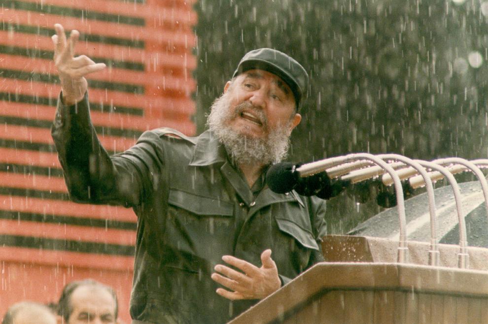 Preşedintele cubanez, Fidel Castro inaugurează o zonă nou construită adăugată unui spital vechi din Havana, 5 iunie 1989.