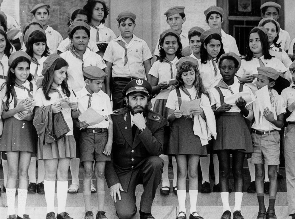 Liderul cubanez, Fidel Castro pozează lângă un grup de copii, în 1980.