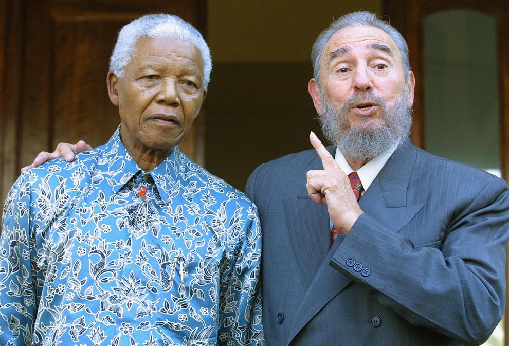 Preşedintele cubanez, Fidel Castro (D) reacţionează în timpul unei întâlniri cu fostul preşedinte Sud African, Nelson Mandela, în Johannesburg, duminică, 2 septembrie 2001.