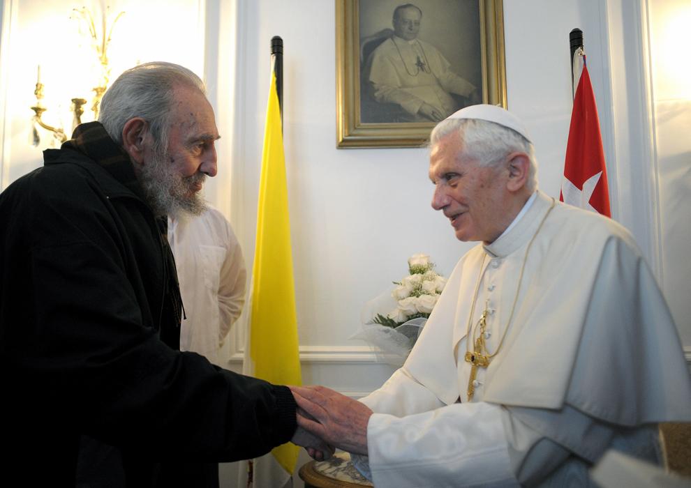 Papa Benedict al XVI –lea discută cu liderul cubanez Fidel Castro (S) în timpul unei întalniri în Havana, miercuri, 28 martie 2012.