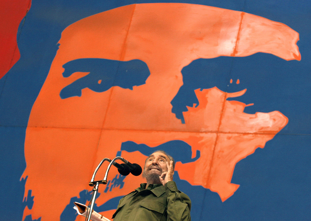 Preşedintele Cubei, Fidel Castro susţine un discurs, în faţa unui poster cu liderul revoluţiei, Ernesto Che Guevara, în timpul ceremoniei de deschidere  a primei ediţii a jocurilor ALBA, vineri, 17 iunie 2005.
