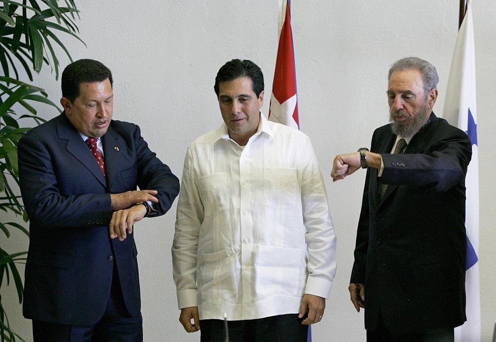 Preşedintele Venezuelei, Hugo Chavez (S) şi preşedintele cubanez Fidel Castro (D) işi verifică ceasurile lângă preşedintele Panama,  Martin Torrijos,  în timpul ceremoniei pentru reluarea relaţiilor diplomatice între Cuba şi Panama, în Havana, sămbâtâ, 20 august 2005.