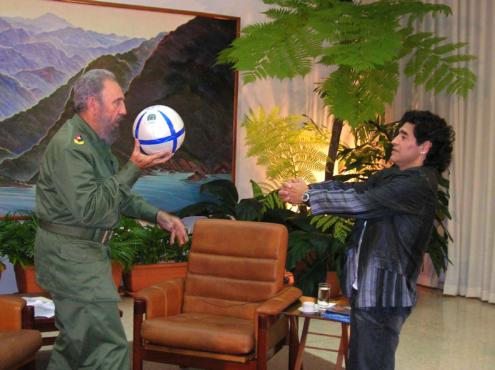 """Preşedintele Fidel Castro (S) joacă fotbal cu fostul star argentinian Diego Armando Maradona, în timpul înregistrarii emisiunii """"The 10's Night"""" în Havana, miercuri, 26 octombrie 2005."""