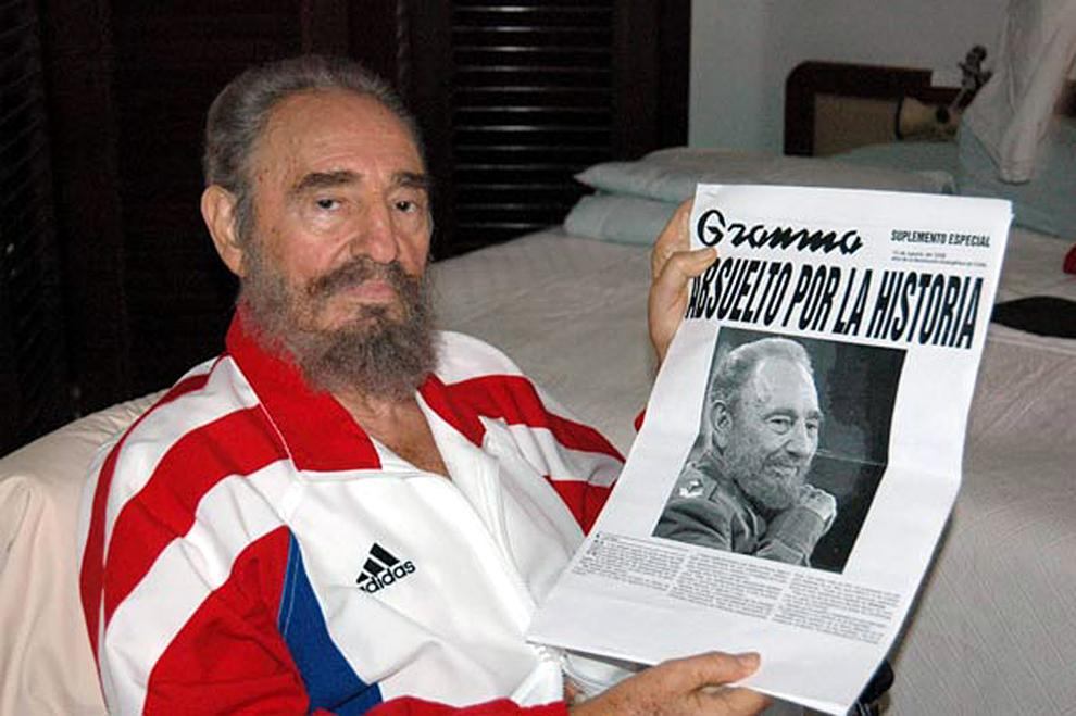O fotografie făcută publică de ziarul Juventud Rebelde îl înfăţişeaza pe liderul cubanez Fideo Castro după operaţia gastrointestinală,  duminică, 13 august 2006.