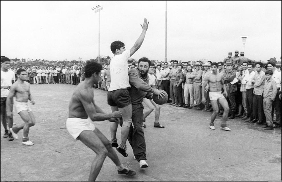 Liderul cubanez, Fidel Castro (C) joacă baschet cu studenţii din liceul agricol Ceiba, în apropiere de Havana în 1970.