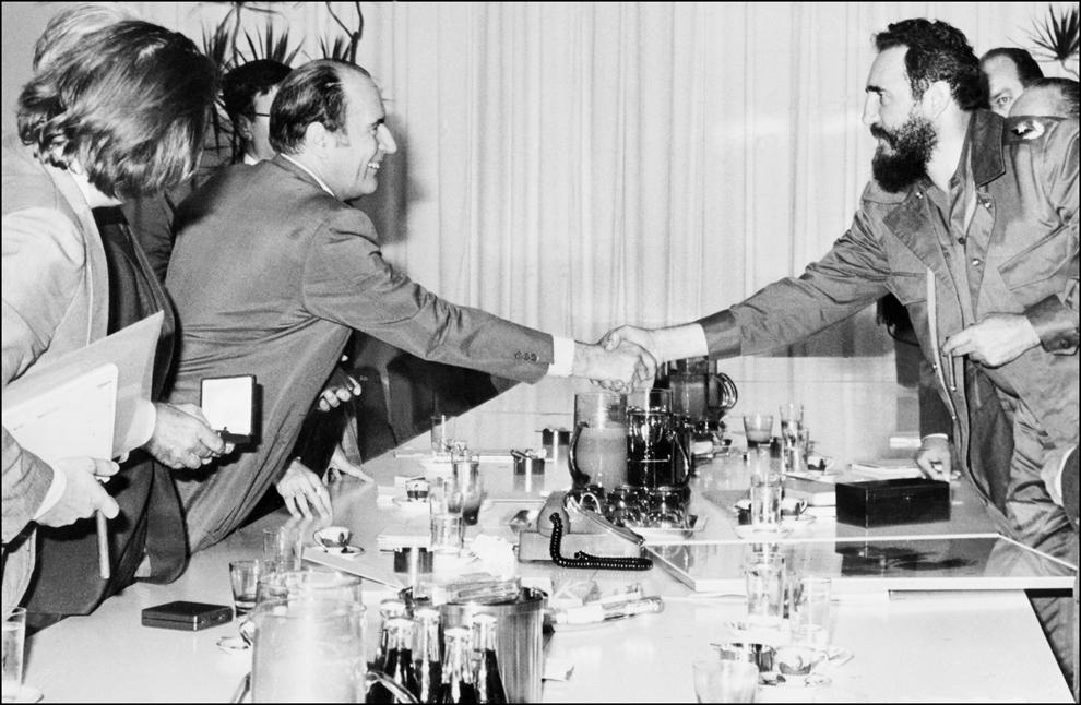 François Mitterrand (S)dă mâna cu liderul cubanez, Fidel Castro, în timpul unei vizite în Cuba, în decembrie 1974.