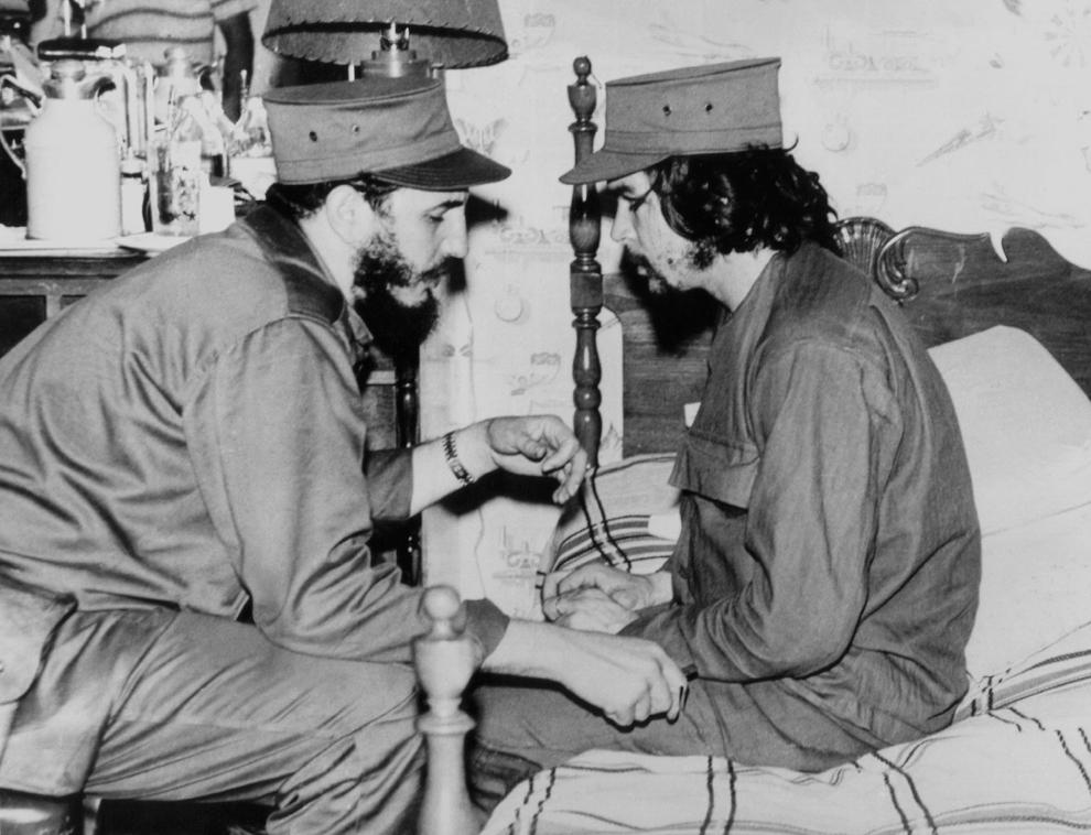 """Fotografie realizată în anul 1959 înfaţişându-l pe cubanezul Fidel Castro (S) , atunci în vârstă de 33 de ani, discutând cu Ernesto """"Che"""" Guevara, în vârstă de 31 de ani, într-o baracă din Havana."""
