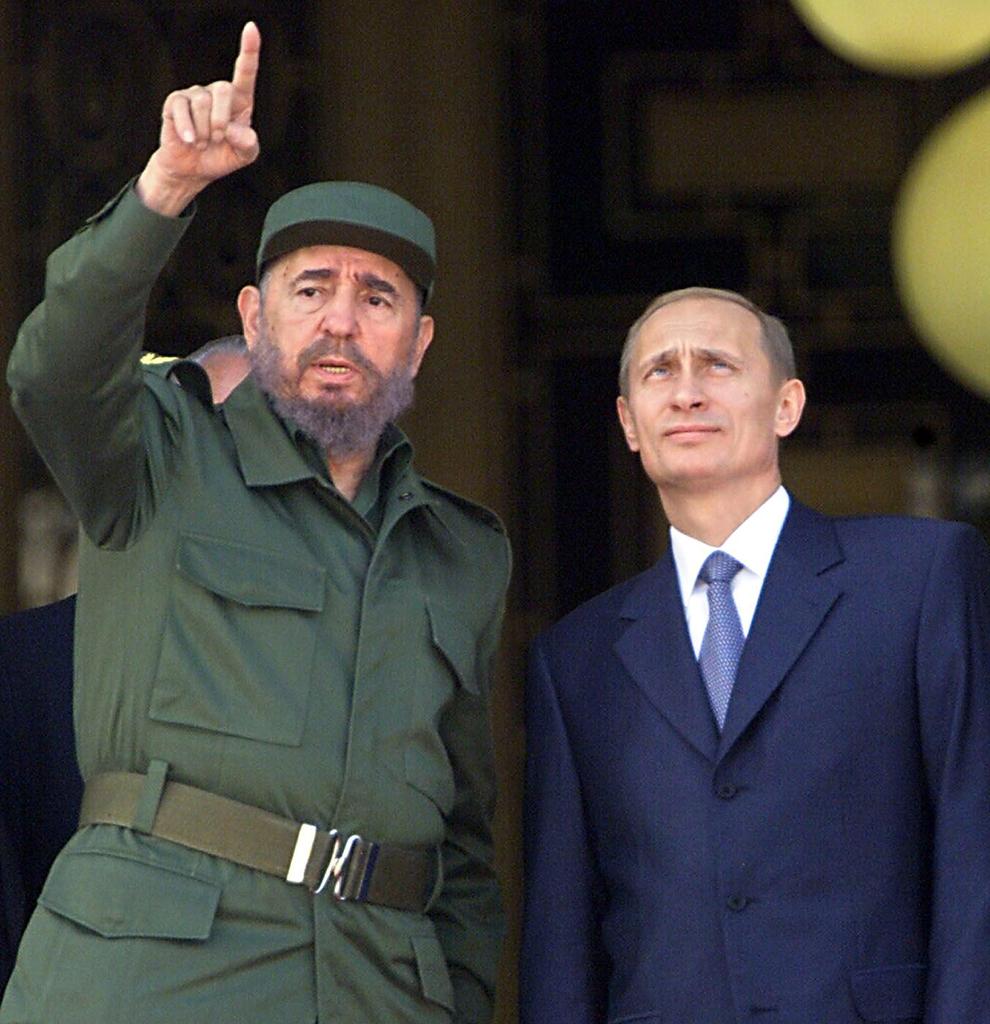 Preşedintele cubanez, Fidel Castro (S) gesticulează în timpul unei discuţii cu preşedintele Rusiei, Vladimir Putin, la Palatul Revoluţiei din Havana, Cuba, joi, 14 decembrie 2000.