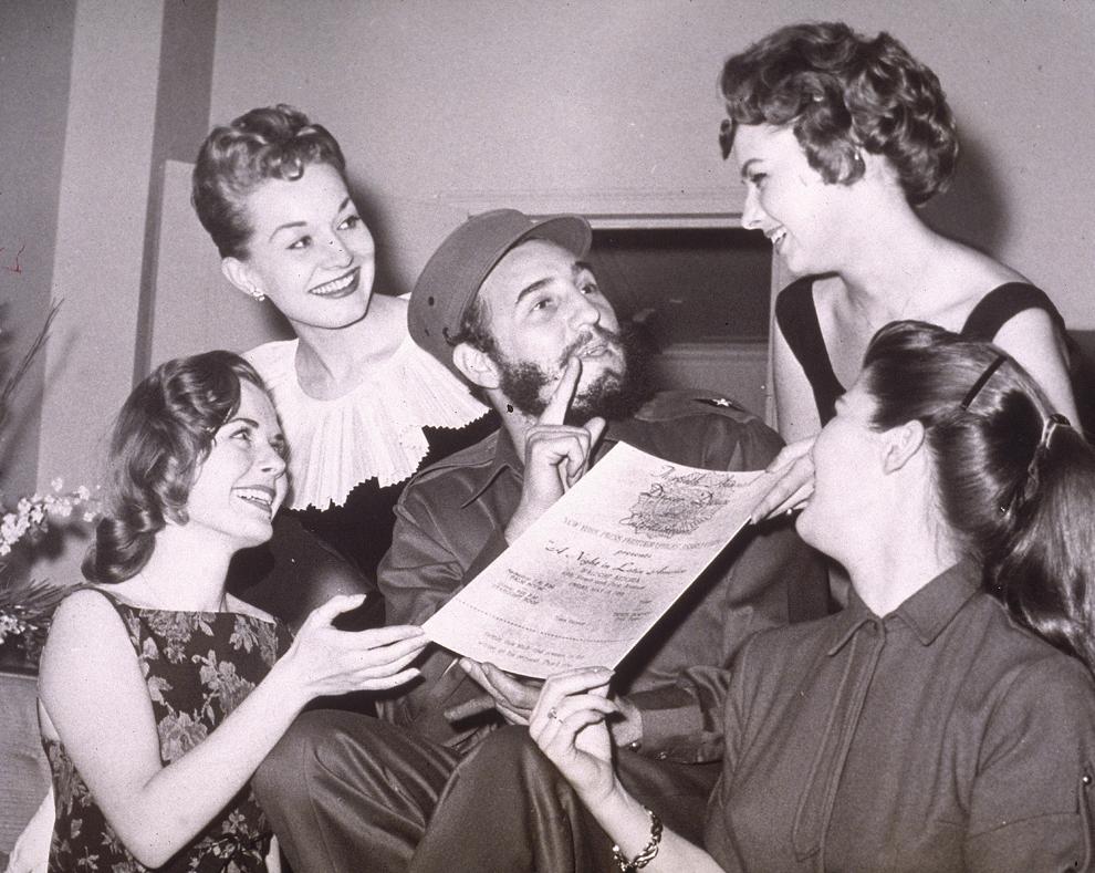 Liderul cubanez, Fidel Castro primeşte o invitaţie la Balul Fotografilor de Presă din New York, joi, 23 aprilie 1959.