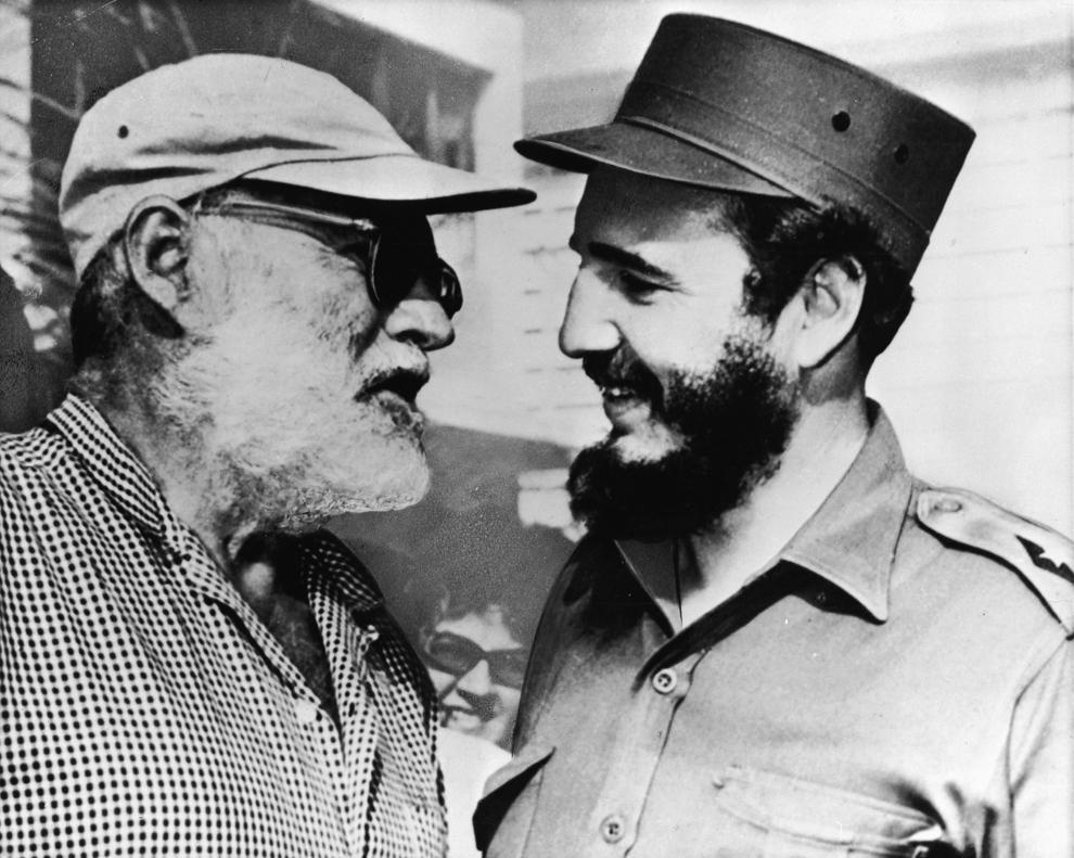 Scriitorul american,  Ernest Hemingway (1899 - 1961) (S) discută cu Fidel Castro, în Cuba, circa 1959.