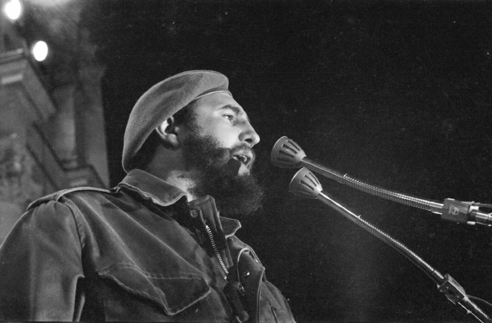 Fidel Castro susţine un discurs în timpul primei demonstraţii pro- revoluţionare, în faţa fostului Palat Prezidential din Havana, Cuba, circa 1959.