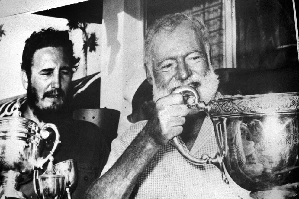 Fotografie realizată circa 1950 :  Scriitorul american, Ernest Hemingway (D)(1899-1961) discută cu revoluţionarul cubanez, Fidel Castro (S).