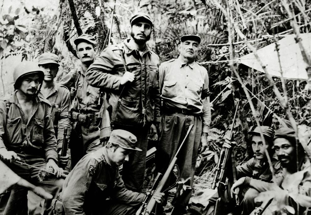 Fotografie realizată circa 1958 : Liderul rebelilor cubanezi, Fidel Castro alături de caţiva din adepţii săi.