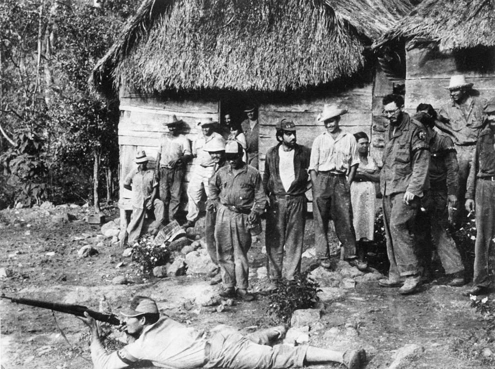 Fidel Castro (D, purtand ochelari) pregăteşte recruţi pentru tragerea cu arma, în munţii Sierra Maestra, duminică, 1 ianuarie 1956.
