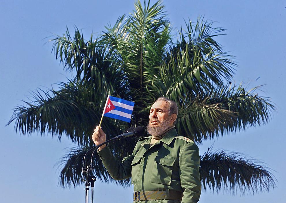 Preşedintele cubanez, Fidel Castro flutură un steag în timpul unei vizite în San Jose de las Lajas,  în Havana, sâmbătă, 27 ianuarie 2001.