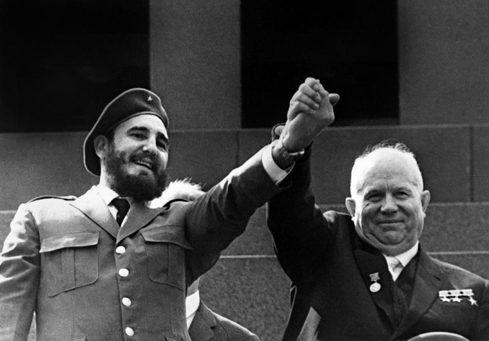 Primul Secretar al Partidului Comunist Cubanez şi preşedintele consiliului de stat, Fidel Castro (S) ridică mâna liderului sovietic, Nikita Hruşciov în timpul unei vizite de patru săptămâni în Moscova, mai 1963.