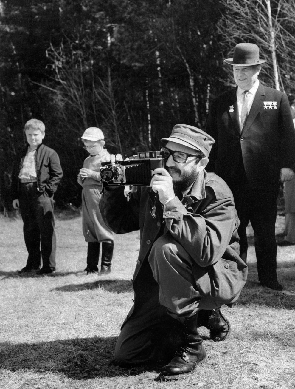 Primul Secretar al Partidului Comunist Cubanez şi preşedintele consiliului de stat, Fidel Castro (C) face o fotografie lângă liderul sovietic Nikita Hruşciov (D), în timpul vizitei de patru săptămâni la Moscova, luni, 6 mai 1963.