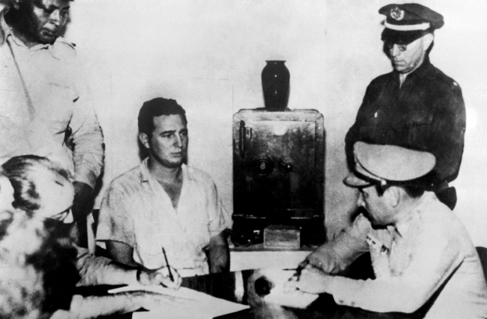Fidel Castro (S2) dă o declaraţie în faţa colonelului Chabiano, şeful militar al garnizoanei Moncada, maiorului Jose Izquierdo, şefului politiei şi locotenenţilor Sama şi Lavastida din Santiago de Cuba, după atactul garnizoanei Moncada de către un grup condus de Fidel Castro, în iulie 1953.
