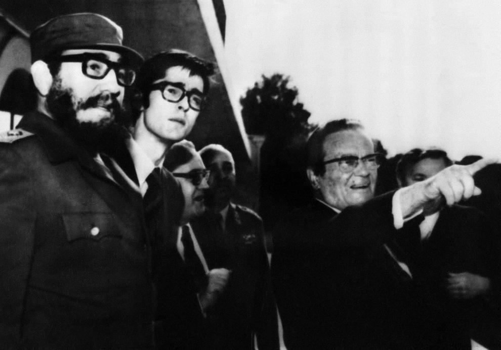 Preşedintele Iugoslav  Marshal Josip Broz Tito (D) discută cu Prim-secretarul Partidului Comunist Cubanez  şi preşedintele consiliului de stat, Fidel Castro (S), la reşedinţa sa din Insula Brioni, Iugoslavia  joi, 3 iunie 1976.