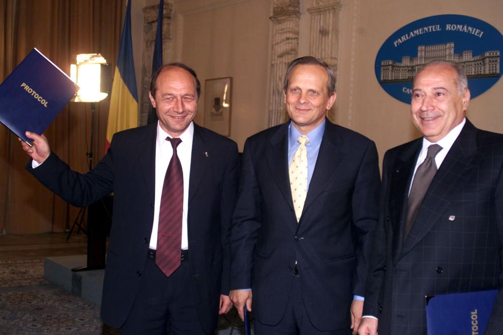 Semnarea protocolului dintre Alianţa PNL-PD şi PUR privind colaborarea în cadrul desfăşurării Referendumului din 18 şi 19 octombrie 2003. În imagine, Traian Băsescu, Theodor Stolojan şi Dan Voiculescu.