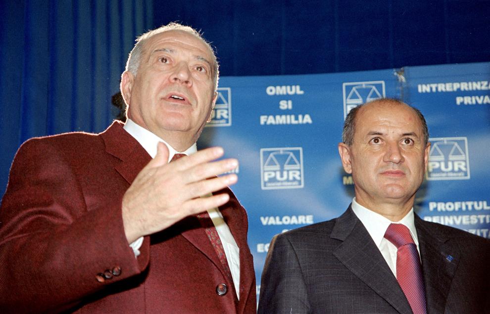 George Copos, patronul clubului Rapid şi preşedintele Confederaţiei Patronale din România, s-a înscris în PUR şi va candida pentru Senat pentru judeţul Argeş, ocupând locul doi pe listele din acest judeş ale Uniunii Naţionale PSD+PUR. În imagine, preşedintele PUR, Dan Voiculescu şi George Copos, 28 octombrie 2004.