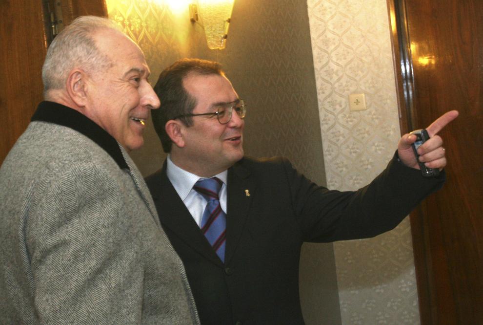 Partidul Umanist va avea un post de vice-prim-ministru în viitorul Guvern al Alianţei, precum şi posturi în ministere în funcţie de ponderea parlamentară, a anunţat, joi, 23 decembrie 2004, premierul desemnat Călin Popescu Tăriceanu, după o întâlnire cu liderul umanist Dan Voiculescu. În imagine, Dan Voiculescu şi Emil Boc.