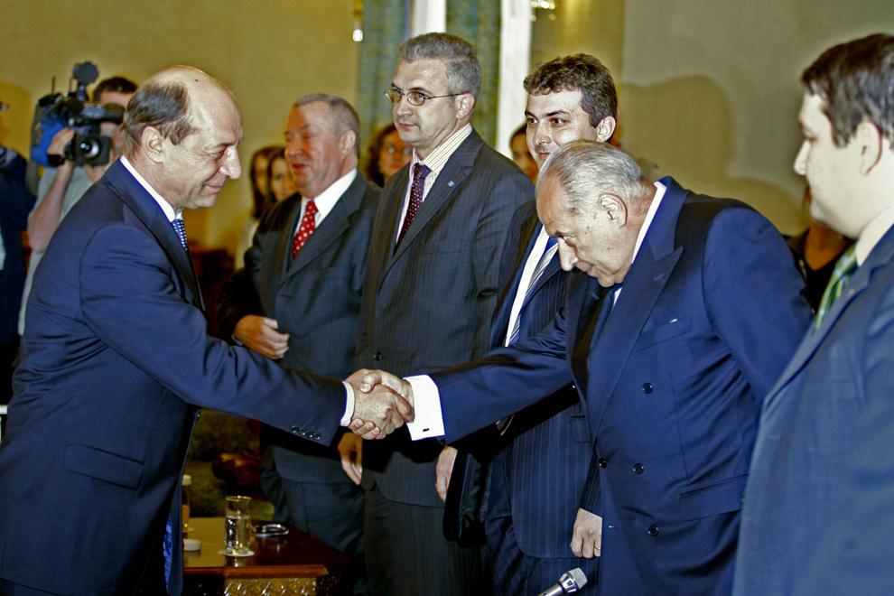 Preşedintele Traian Băsescu (S) dă mâna cu preşedintele Partidului Conservator, Dan Voiculescu (D), înaintea începerii consultărilor cu partidele politice, la Palatul Cotroceni, în Bucureşti, marţi, 20 martie 2007.