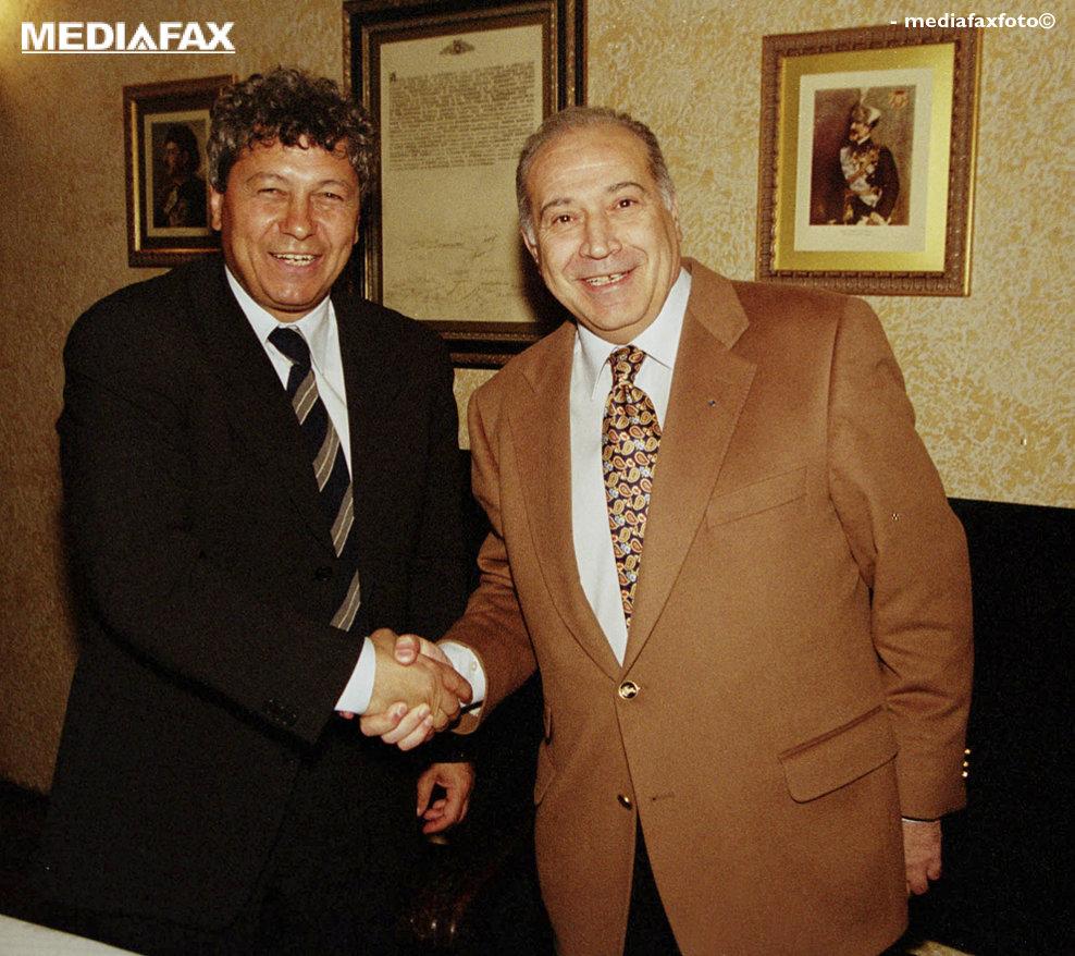 Mircea Lucescu, antrenorul echipei de fotbal Rapid, a devenit membru al Partidului Umanist (PUR), a anuntat joi, 23 martie 2000, într-o conferinţă de presă, Dan Voiculescu, preşedintele acestei formaţiuni politice. În imagine, Mircea Lucescu şi Dan Voiculescu.