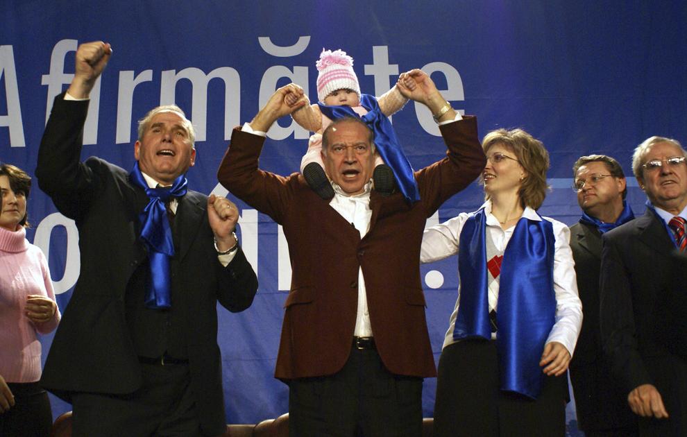 Preşedintele Partidului Conservator, Dan Voiculescu (C), participă la mitingul electoral al Partidului Conservator din Sala Sportului din Bacău, vineri, 23 noiembrie 2007, alături de Constantin Avram (S), preşedintele organizatiei judeţene PC Bacău.