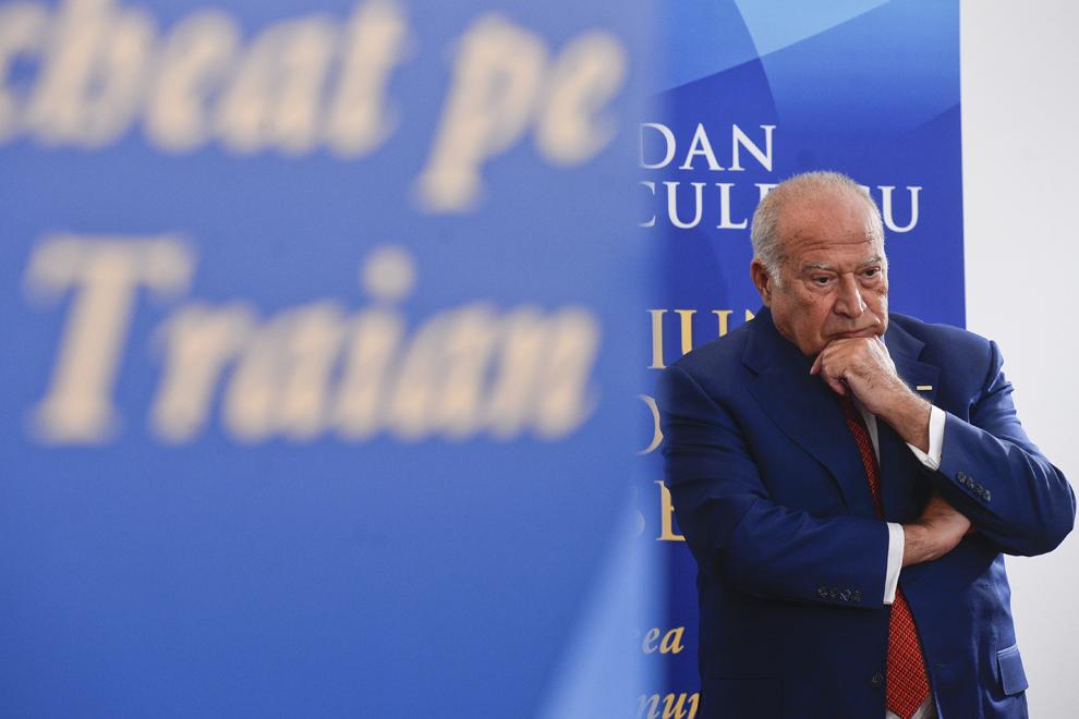 """Dan Voiculescu ascultă un discurs în timpul evenimentului de lansare a cărţii sale, """"Uniunea Social Liberală – Ideea care l-a îngenuncheat pe Băsescu Traian"""", în Bucureşti, miercuri, 26 martie 2014."""