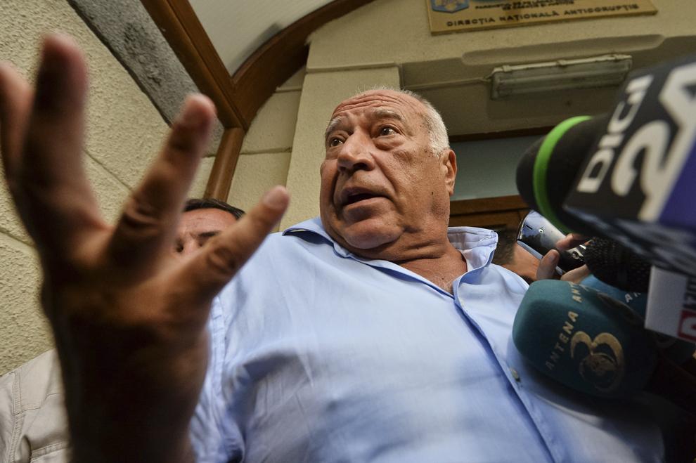 Omul de afaceri Dan Voiculescu face o declaraţie de presă, la ieşirea din sediul DNA, în Bucureşti, joi, 3 iulie 2014.