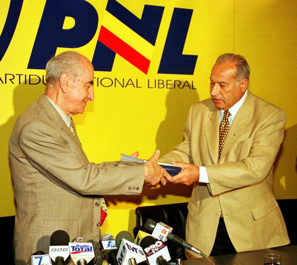 Conferinţă de presă a PNL, 21 septembrie 1999. În imagine, Mircea Ionescu Quintus şi Dan Voiculescu.