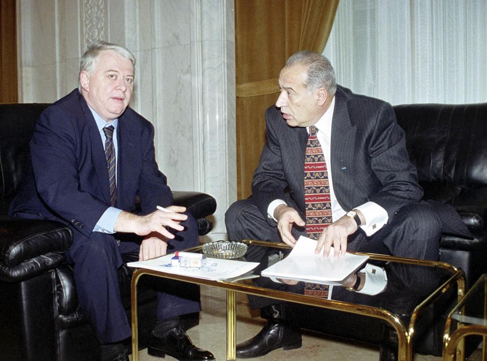 Semnarea acordului dintre PDSR şi PUR, 22 februarie 2000. În imagine, Dan Voiculescu şi Viorel Hrebenciuc.