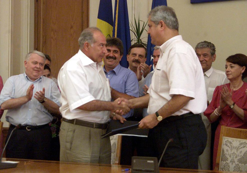 PSD şi PUR au semnat un nou protocol de colaborare. În imagine, Dan Voiculescu şi Adrian Năstase, 19 iulie 2002.
