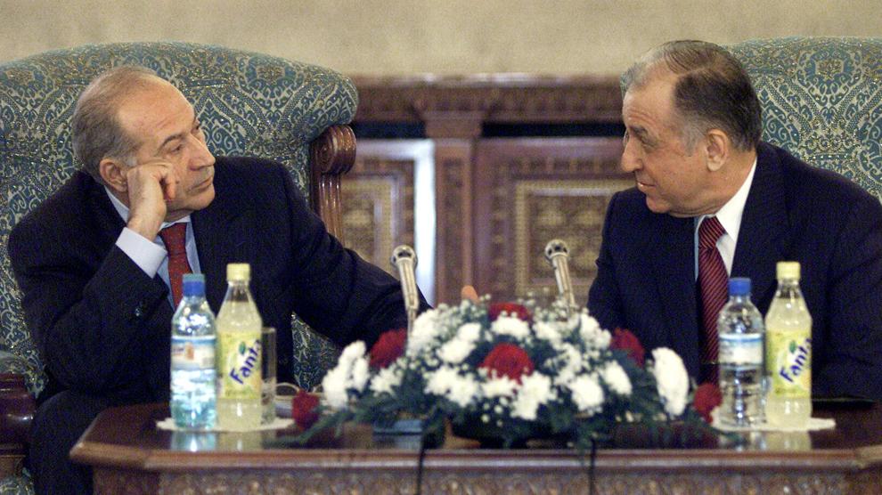 Partidul Umanist susţine decalarea alegerilor parlamentare de cele prezidenţiale, Parlament unicameral, vot uninominal şi mandat de 4 ani pentru şeful statului, a declarat preşedintele PUR Dan Voiculescu (S), marţi, la finalul consultărilor cu preşedintele Ion Iliescu (D), 28 ianuarie 2003.