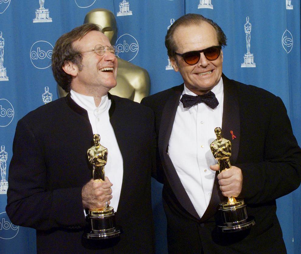Robin Williams, câştigătorul premiului Oscar pentru cel mai bun actor în rol secundar şi Jack Nicholson (D), câştigătorul premiului pentru cel mai bun actor, pozează pentru fotografi, la finalul ceremoniei de decernare a premiilor Oscar, în Los Angeles, SUA, 23 martie 1998.